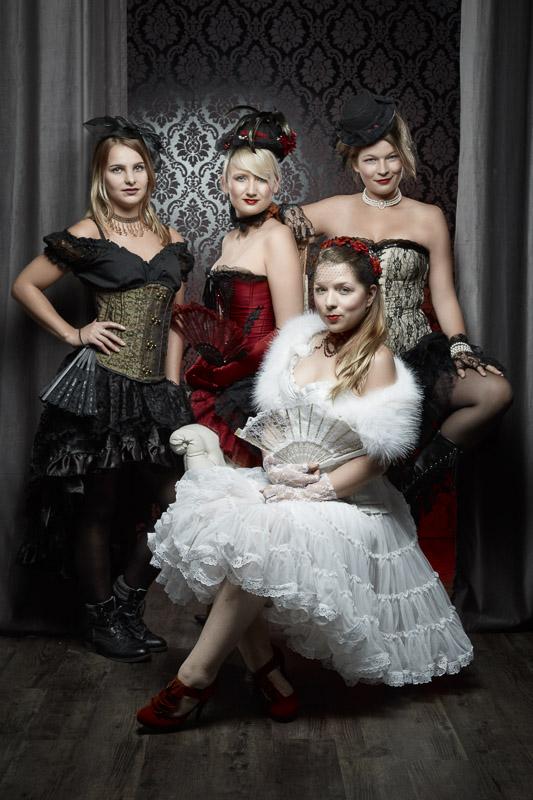 Vier junge Frauen in Burlesque Outfit beim JGA Junggesellenabschieds-Shooting.