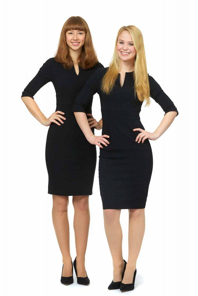 Zwei Hostessen der Agentur Victory People  tragen kurze Kleider mit halblangen Ärmeln