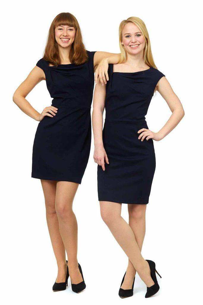 Zwei Hostessen der Agentur Victory People  tragen armfreie kurze Kleider