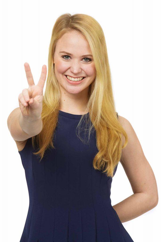 Eine Hostess vom Victory People macht das Victory-Zeichen