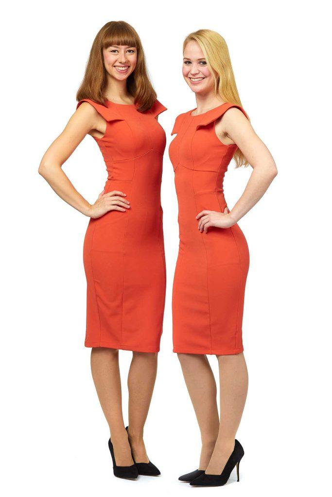 Zwei Hostessen der Agentur Victory People  tragen kurze orangene Kleider ohne Arm
